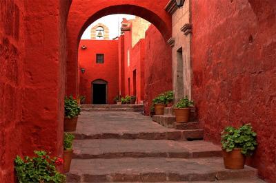 czerwona-uliczka-i-kamienne-schody