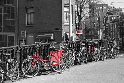 czarno-biala-ulica-i-czerwony-rower