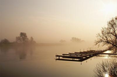 drewniany-pomost-nad-jeziorem-o-wschodzie-slonca