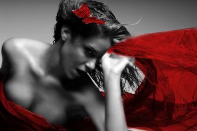 ponetna-kobieta-w-czerwonym-szalu