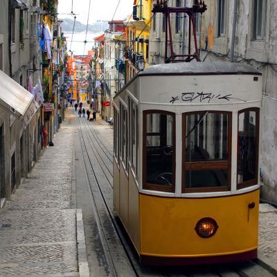 zolty-tramwaj-w-waskiej-uliczce-barcelony