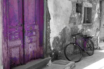 kubanska-ulica-stary-rower-i-fioletowe-drzwi