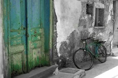 stara-kamienica-rower-i-zielone-drzwi