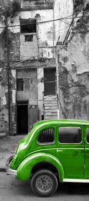stary-zielony-samochod-i-zniszczona-kamienica
