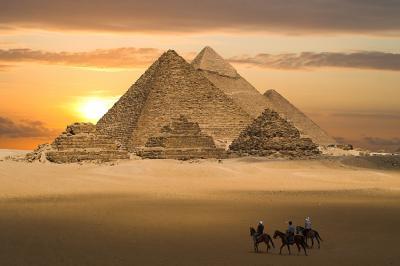 zachod-slonca-na-pustyni-i-piramida