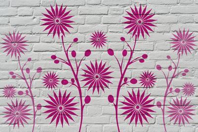 rozowe-kwiaty-na-bialej-cegle