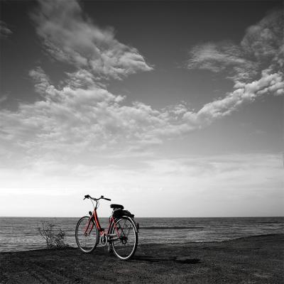 czerwony-rower-nad-skarpa