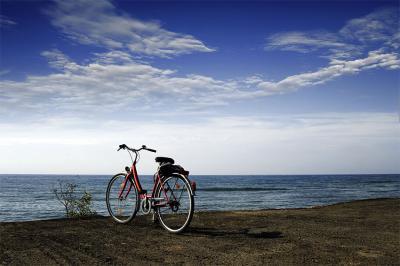 czerwony-rower-nad-urwiskiem