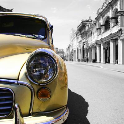 zloty-samochod-na-kubanskiej-ulicy