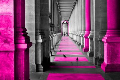 szary-korytarz-i-rozowe-kolumny