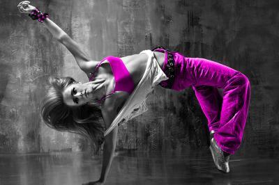 tancerka-breakdance-w-fioletowych-spodniach