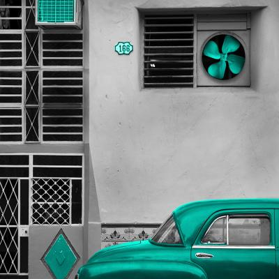 turkusowy-samochod-i-stara-kamienica