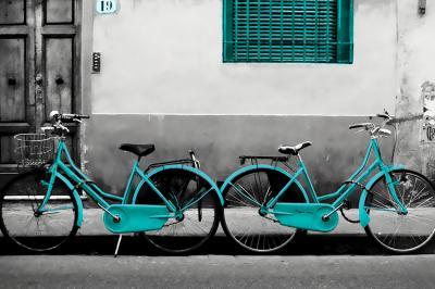 dwa-turkusowe-rowery-na-szarej-scianie