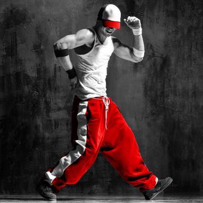 uliczny-tancerz-w-czerwonych-spodniach