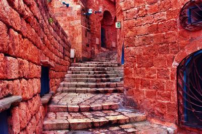 kamienne-schody-i-czerwona-uliczka