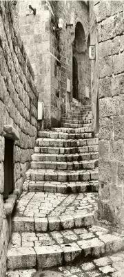 waska-uliczka-i-schody-w-kolorze-bezowym