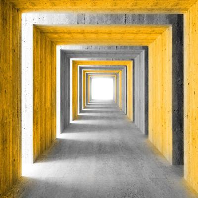 szary-korytarz-i-pomaranczowe-kolumny-na-sciane