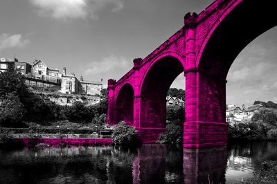 rozowy-most-nad-rzeka