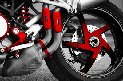 czarno-bialy-motor-i-czerwone-dodatki
