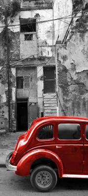 czerwony-samochod-i-zniszczona-kamienica