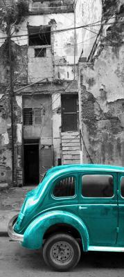 turkusowy-samochod-i-szara-kamienica