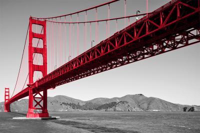 czerwony-most-i-szary-krajobraz