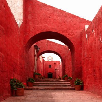 powiekszajaca-czerwona-uliczka-i-schody