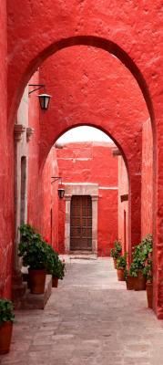 waska-uliczka-w-czerwonym-kolorze