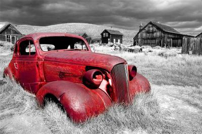stary-czerwony-samochod-i-szary-krajobraz