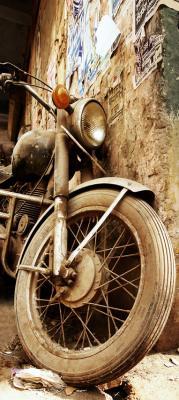 stary-motocykl-oparty-o-zniszczona-sciane