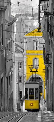 szara-uliczka-w-barcelonie-i-zolty-tramwaj