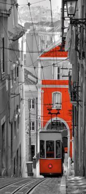 czerwony-tramwaj-i-uliczka-w-barcelonie