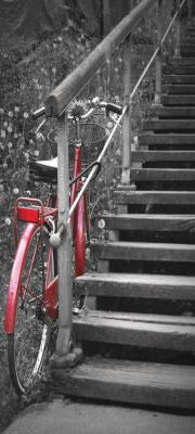 czerwony-rower-i-drewniane-schody