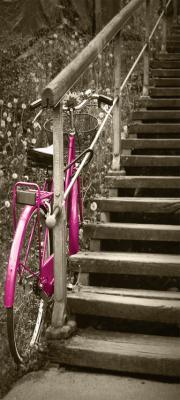 rozowy-stary-rower-i-drewniane-schody