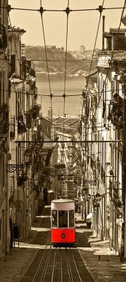 czerwony-tramwaj-w-barcelonskiej-uliczce