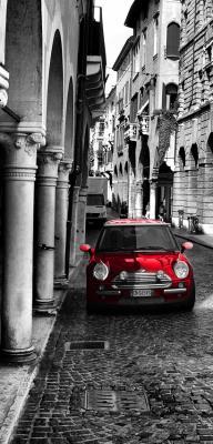 czarno-biala-uliczka-i-czerwony-samochod