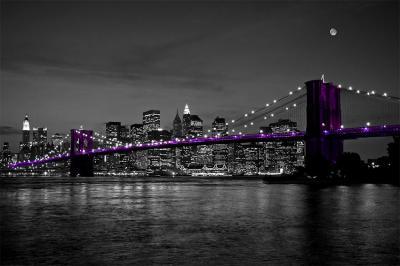 panorama-miasta-w-nocy-i-fioletowy-most