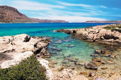 krajobraz-morze-i-kamienista-plaza