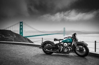 motocykl-i-goldem-gate-w-turkusie