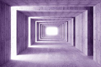 fioletowy-korytarz-z-betonu