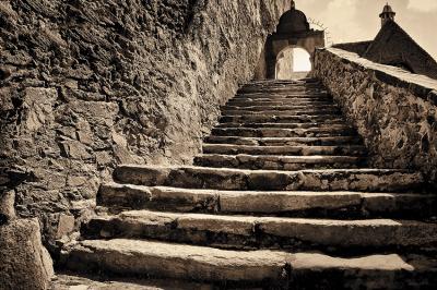kamienne-schody-w-sepii