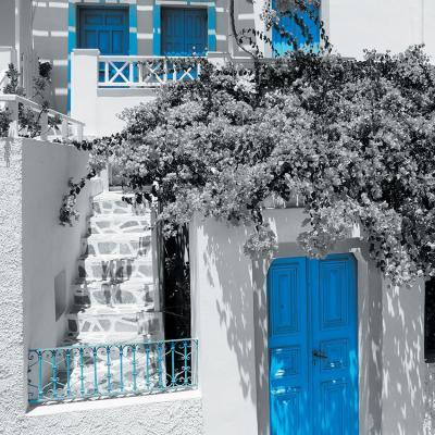 biala-kamienica-i-niebieskie-drzwi