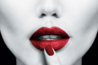 kobieta-z-czerwonymi-ustami