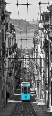uliczka-w-barcelonie-i-turkusowy-tramwaj
