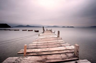 drewniany-pomost-nad-jeziorem
