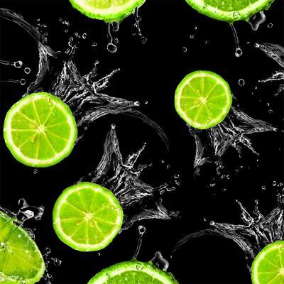 zielone-limonki-w-wodzie-na-czarnym-tle
