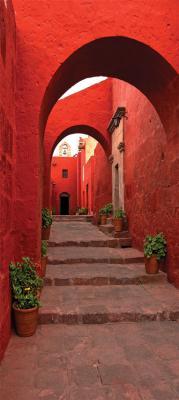 czerwona-waska-uliczka-i-schody