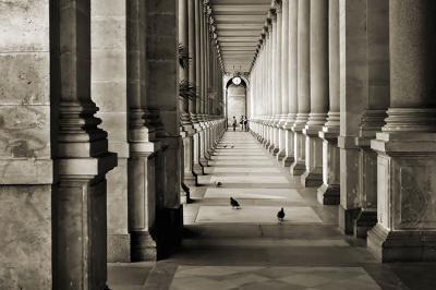 kolumny-i-korytarz-w-sepii