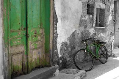 zielone-drzwi-i-stary-rower