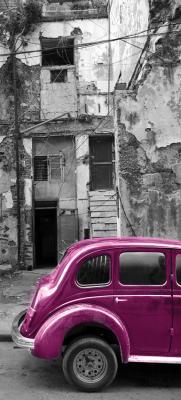 fioletowy-samochod-i-zniszczona-kamienica